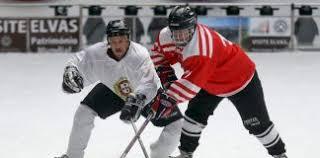 Depois da surpresa da temporada transata, em que o Washington capitals venceram pela primeira vez na NHL (National Hockey League), é estranho que os fãs de hóquei no gelo vai continuar este ano, para ver se o Capital que eles são capazes de repetir o feito, ou, pelo contrário, o eterno, candidatos, como o Montreal Canadiens ou Toronto Maple Leafs, será permitida a viajar novamente para o muito cobiçado troféu na final da NHL para a Copa Stanley. Embora o esporte é muito famoso na América do norte, o maior da NHL, a Liga, a verdade é que é muito popular também em países como a Suécia, a Rússia, república checa, Finlândia, Eslováquia, Alemanha, Suíça, Noruega, entre outros, de modo que as casas de apostas fazem vários campeonatos para este esporte. Se você está interessado em apostar no esporte, saiba mais sobre projeções de hóquei abaixo. 1. Projecções Para O Hóquei A chave para apostar em qualquer esporte é a especialização nele, e o hóquei não é exceção. Além do domínio neste esporte, às vezes pode ser mais vantajoso apostar nas ligas menores ou menos populares, Uma vez que é nas competições maiores geralmente esta é a mesma equipe que lidera, e as chances acabam sendo menos. Outro ponto importante ao estudar hóquei, são as regras, por favor, esteja ciente de que eles podem mudar de acordo com o Campeonato. Em termos de futebol, o esporte mais famoso do mundo, a vantagem do hóquei é maior, por isso é possível obter maiores retornos. Última dica, que se aplica a qualquer modalidade, siga o desempenho das equipes, o que pode ser crucial. No entanto, como você aprofundar o seu conhecimento do esporte, você também pode se beneficiar de apostas on-line, que foi preparado por tipsters profissionais e desclassificado no site de apostas esportivas johnnybet. Na johnnybets Tipsters league, você pode encontrar informações valiosas sobre apostas, incluindo previsões gratuitas, sobre este esporte, e também sobre outros métodos de tipsters, se a classificação é validada pelos m